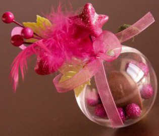 Boule transparente dragées rose avec plume